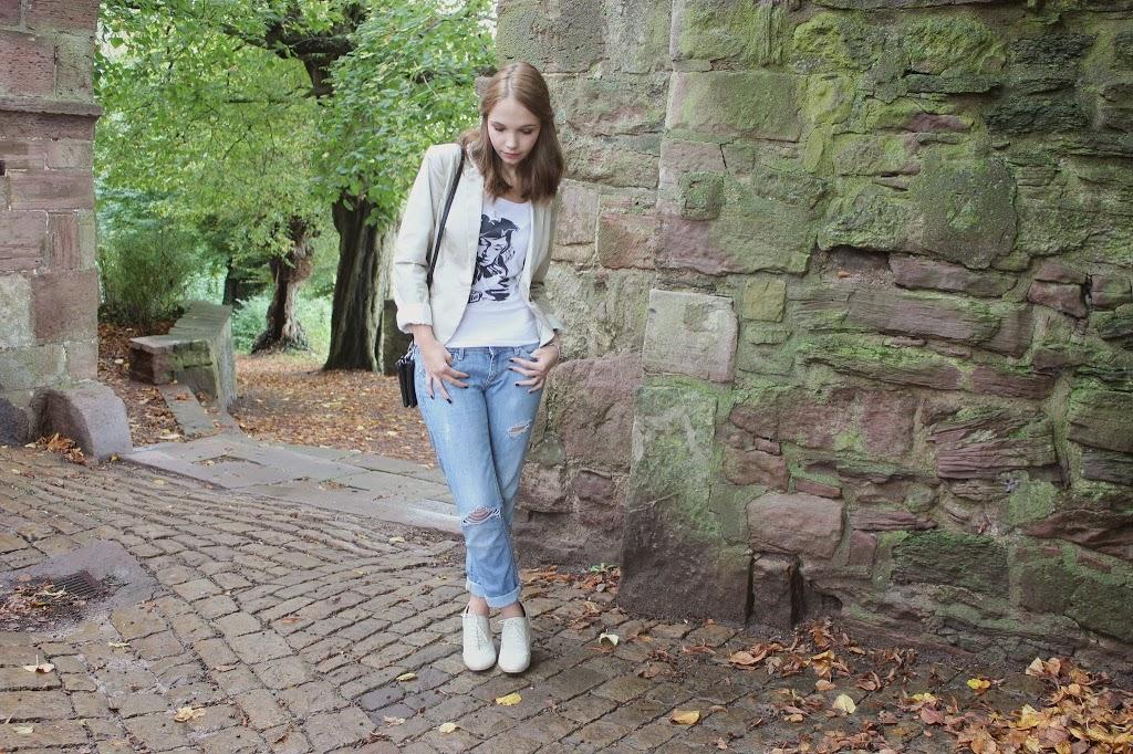 bezaubernde nana, fashionblog, germany, outfit, beiger blazer h&m, weißes t-shirt mit print likoli, schwarze tasche c&a, blaue boyfriend jeans denim diy h&m, beige schnür ankle boots wedges