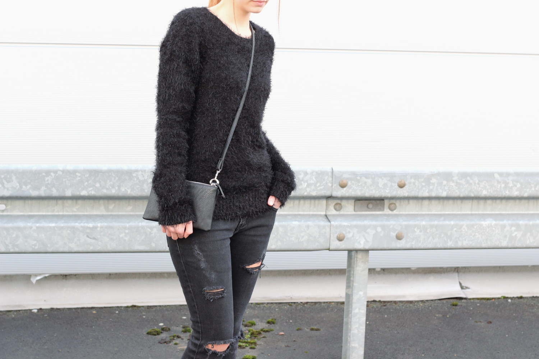 bezaubernde nana, fashionblog, germany, outfits, schwarzer fluffy sweater forever21, schwarze ripped jeans diy, schwarze tasche clutch c&a, adidas stan smith sneaker