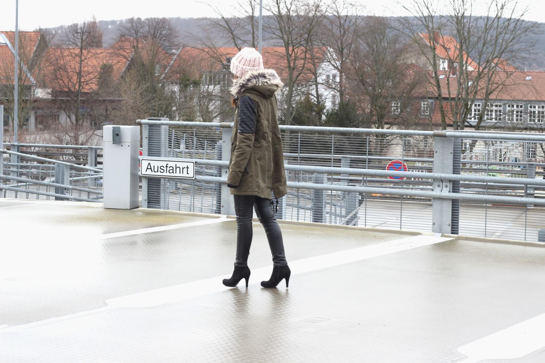 bezaubernde nana, fashionblog, germany, outfit, streetstyle, c&a clockhouse parka mit leder, xxl mütze h&m, schwarzer fluffy sweater pullover forever21, schwarze leder leggings h&m, schwarze stiefeletten dolce vita