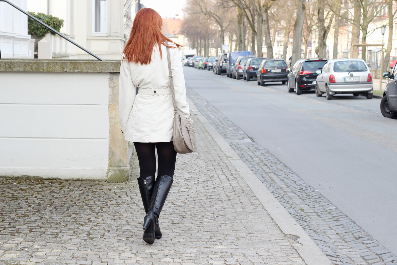 bezaubernde nana, fashionblog, germany, outfit, streetstyle, beiger trenchcoat vero moda, gestreiftes basic kleid vero moda, beige tasche h&m, schwarze stiefel deichmann