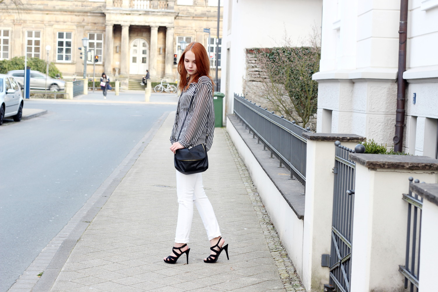 bezaubernde nana, fashionblog, germany, outfit, streetstyle, black white striped mango blouse, white h&m jeans, white denim, h&m bag, deichmann high heels, black and white