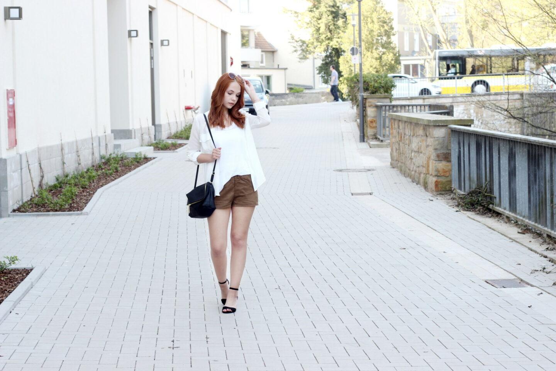 Weiße Bluse & Wildleder Shorts