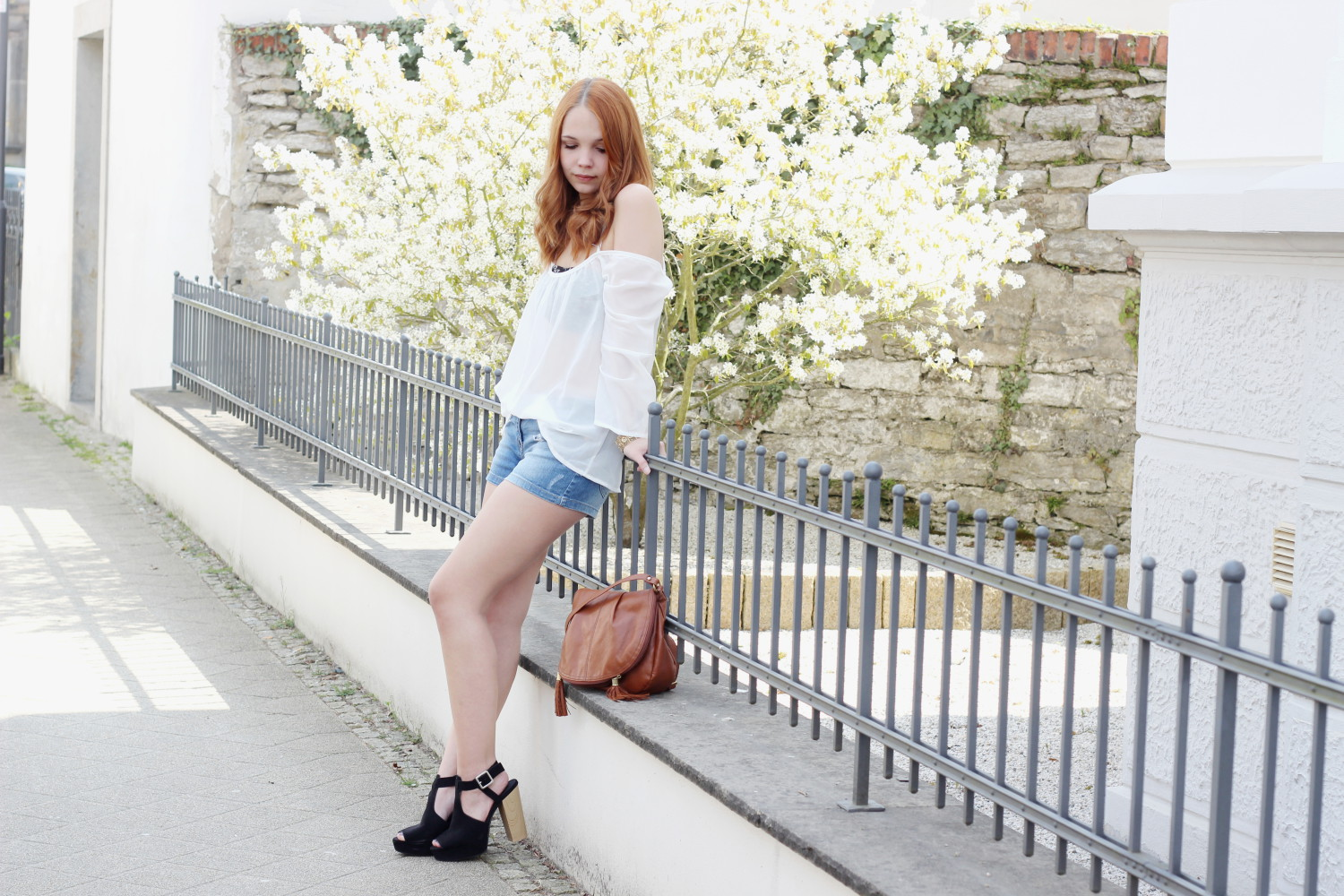 bezaubernde nana, fashionblog, germany, outfit, streetstyle, choies weiße transparente schulterfrei rückenfrei bluse, clockhouse denim shorts, only bandeau top, h&m braune tasche mit fransen, h&m schwarze sandaletten mit holzabsatz, goldenes armband, frühlings outfit