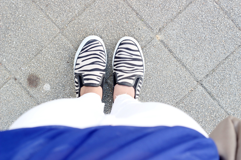 bezaubernde nana, fashionblog, modeblog, germany, outfit, streetstyle, royal blaues transparentes top h&m, weiße zerrissene Hose h&m, schwarzes bandeau top forever21, , beige tasche h&m, weißes perlenarmband bijou brigitte, zebra slipper tamaris, outfit weiß und blau
