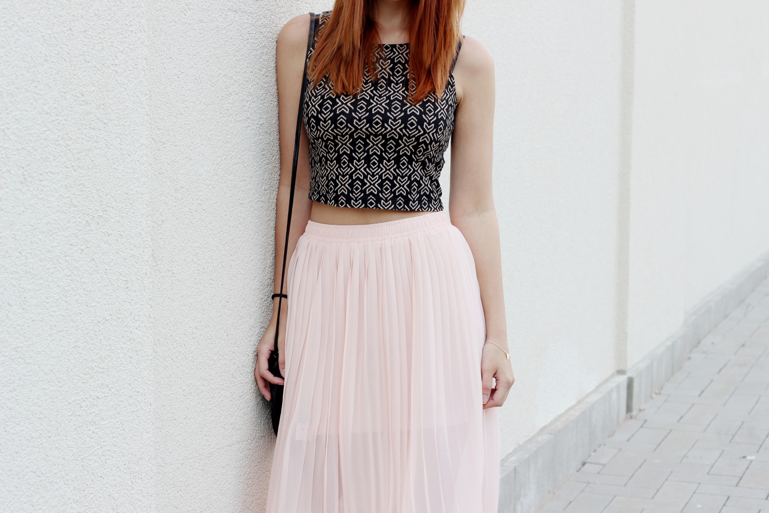 bezaubernde nana, fashionblog, germany, modeblog, deutschland, outfit, mode, streetstyle, rosa maxirock forever21, schwarzes crop top muster forever21, goldene sandalen new look, runde tasche vintage, rosegold armband mit dreieck h&m, sommer outfit