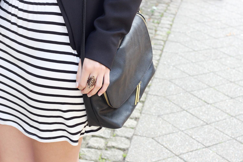 bezaubernde nana, fashionblog, modeblog, germany, deutschland, fashionweek, fashionweek berlin, schwarz weiß outfit, casual outfit, schwarz weiß gestreiftes kleid h&m, schwarzer blazer h&m, schwarze cut out boot new look, boots mit socken, streetstyle, casual streetstyle, sommer outfit