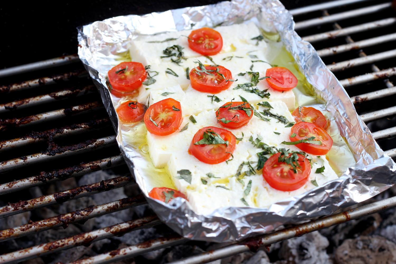 bezaubernde nana, fashionblog, germany, deutschland, lifestyleblog, food, essen, rezept, grillen, gegrillter käse, feta, tomaten, gesundes essen, vegetarisch