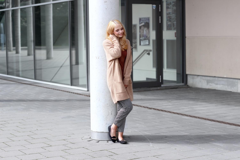 bezaubernde nana, bezauberndenana.de, fashionblog, modeblog, outfit, streetstyle, braune oversized strickjacke, marie lund strickjacke, braunes top, schwarz weiße hose, london rebel loafers, loafers mit goldener kette