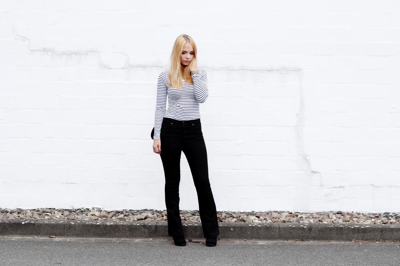 bezaubernde nana, bezauberndenana.de, fashionblog, modeblog, outfit, streetstyle, schwarze bootcut jeans, gestreiftes shirts, 70er style, 70s style, schwarz weiße tasche new look, chloe drew bag lookalike, schwarze stiefeletten, minimalistisch