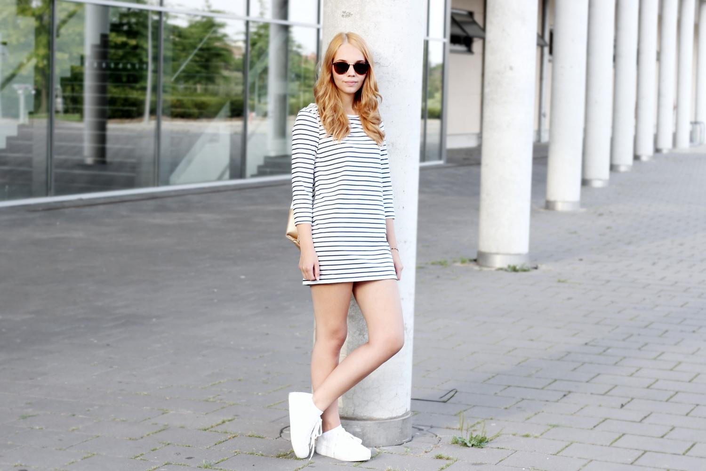 bezaubernde nana, bezauberndenana.de, fashionblog, modeblog, outfit, streetstyle, streifenkleid, weiße plateau sneaker, leder turnbeutel, cheapasssunglasses sonnenbrille