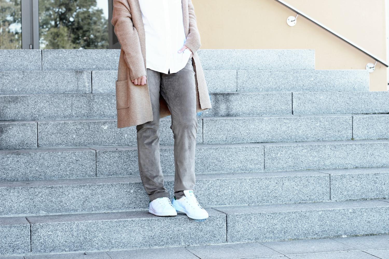 bezaubernde nana, bezauberndenana.de, fashionblog, modeblog, germany, deutschland, outfit, herbstlook, streetstyle, lässiges outfit, boyish, brauner oversize cardigan von marie lund, mac hose in veloursleder-optik, weiße bluse von H&M, adidas stan smith sneaker