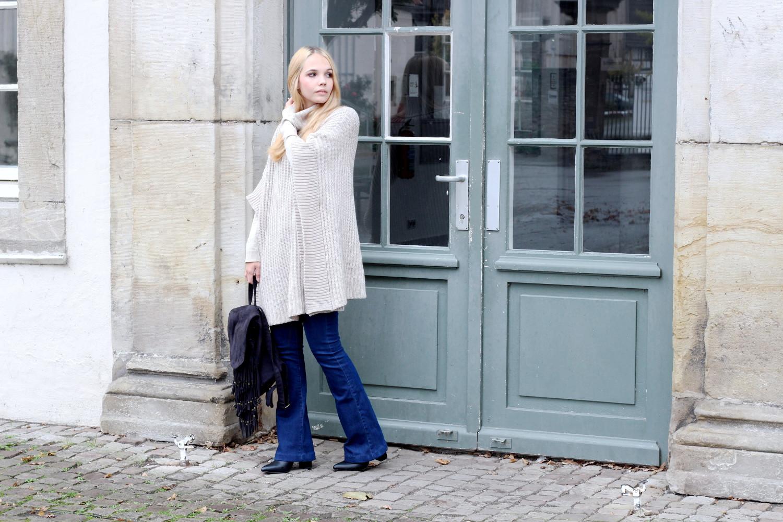 asos-rollkragen-strick-cape-jeans-flaredjeans-schwarze-stiefeletten-fransen-rucksack-throwback-to-school (2)
