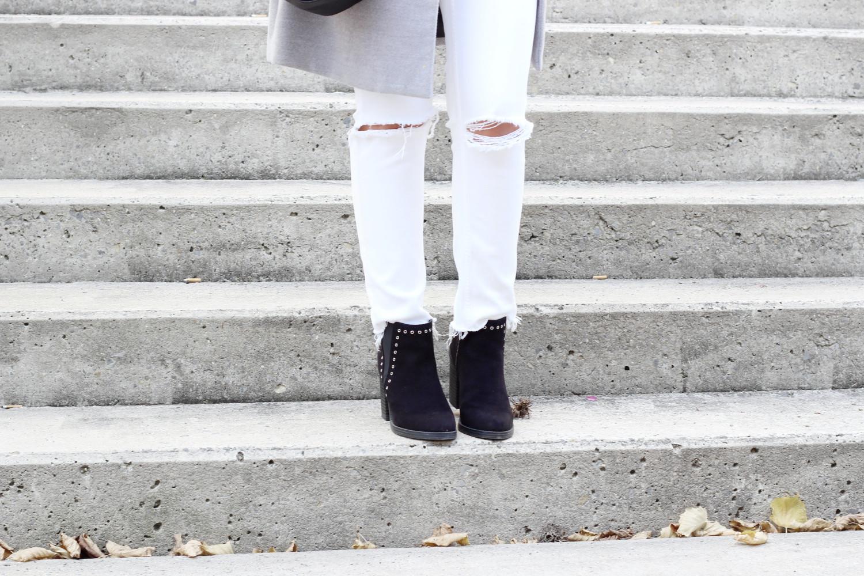 bezaubernde nana, bezauberndenana.de, fashionblog, modeblog, germany, deutschland, outfit, herbst outfit, streetstyle, grauer Mantel von H&M, weiße zerrissene Jeans von H&M, heller Pullover von Reserved, schwarze Stiefeletten von New Look, schwarze Tasche von H&M, Armbänder von Primark, 7 Days of Style, coat love