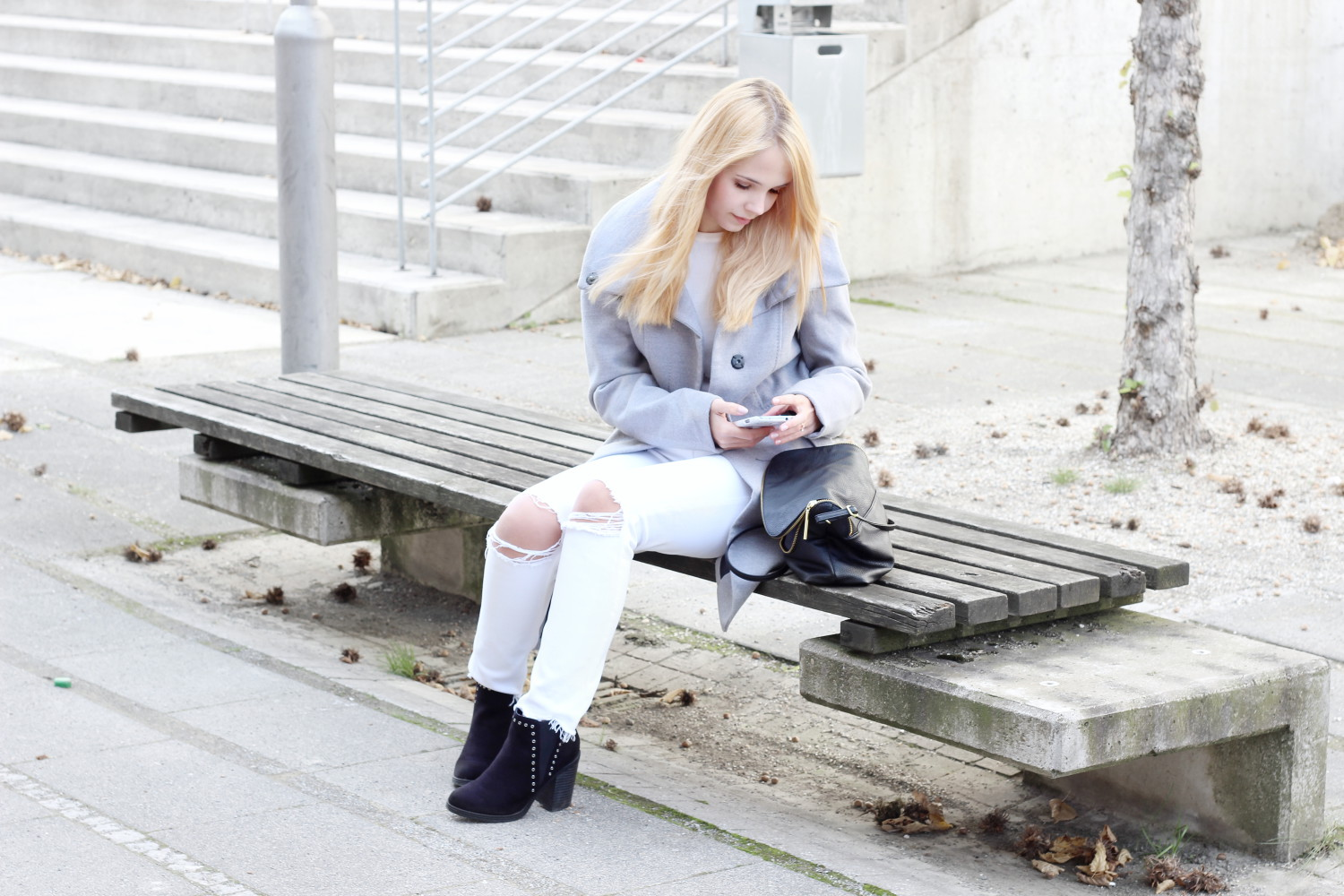 coat-love-outfit-grauer-mantel-weiße-jeans-herbst