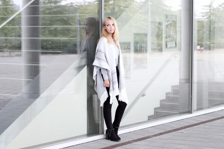 bezaubernde nana, bezauberndenana.de, fashionblog, modeblog, germany, deutschland, outfit, streetstyle, herbst outfit, herbsttrend 2015, poncho von new look, streifen-bluse von h&m, schwarze high waist jeans von h&m, schwarze stiefeletten mit blockabsatz von new look, marmor kette von new look