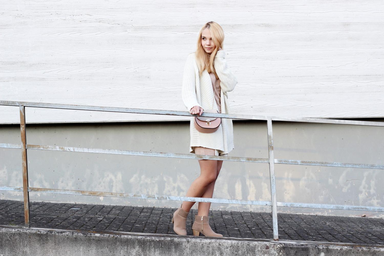 bezaubernde nana, bezauberndenana.de, fashionblog, modeblog, germany, deutschland, outfit, herbst outfit, streetstyle, beiges stickkleid mit rollkragen primark, weißer oversize cardigan madonna, beige chelsea boots, rosa new look tasche, chloe drew bag lookalike, strick