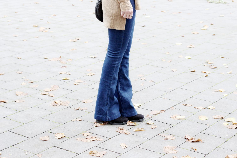 bezaubernde nana, bezauberndenana.de, fashionblog, modeblog, germany, deutschland, outfit, streetstyle, herbst outfit, camel pullover gina tricot, flared jeans glamorous via asos, runde vintage tasche, schwarze stiefeletten mit blockabsatz new look