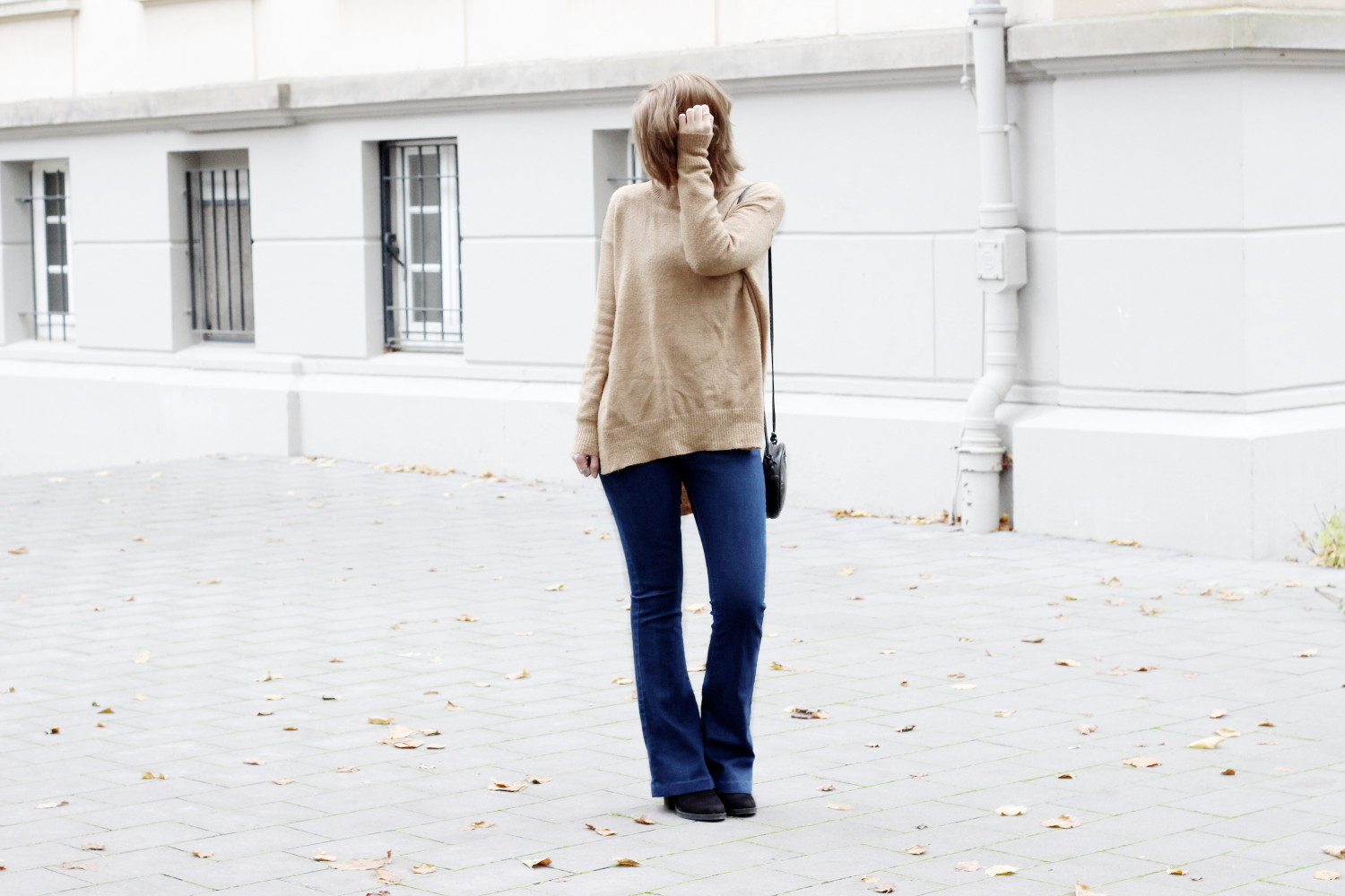 outfit-streetstyle-herbst-camel-pullover-rollkragen-gina-tricot-flared-jeans-glamorous-asos-lässig (4)