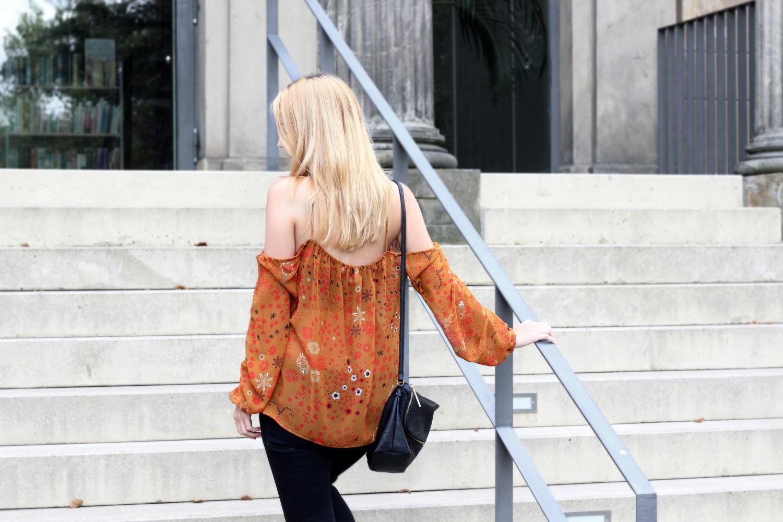 bezaubernde nana, bezauberndenana.de, fashionblog, modeblog, germany, deutschland, outfit, streetstyle, herbt outfit, schulterfreie bluse von zara, schwarze jeans H&M, schwarze stiefeletten, schwarze handtasche, goldene ringe, orangene bluse mit blumenmuster
