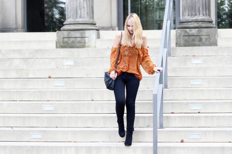 schulterfreie-bluse-zara-schwarze-jeans-schwarze-stiefeletten-outfit-herbst