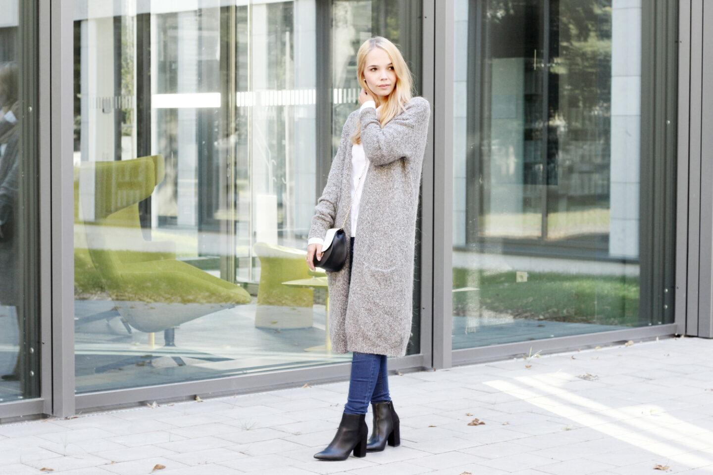 grauen strickmantel kombiniert mit jeans und wei er bluse. Black Bedroom Furniture Sets. Home Design Ideas