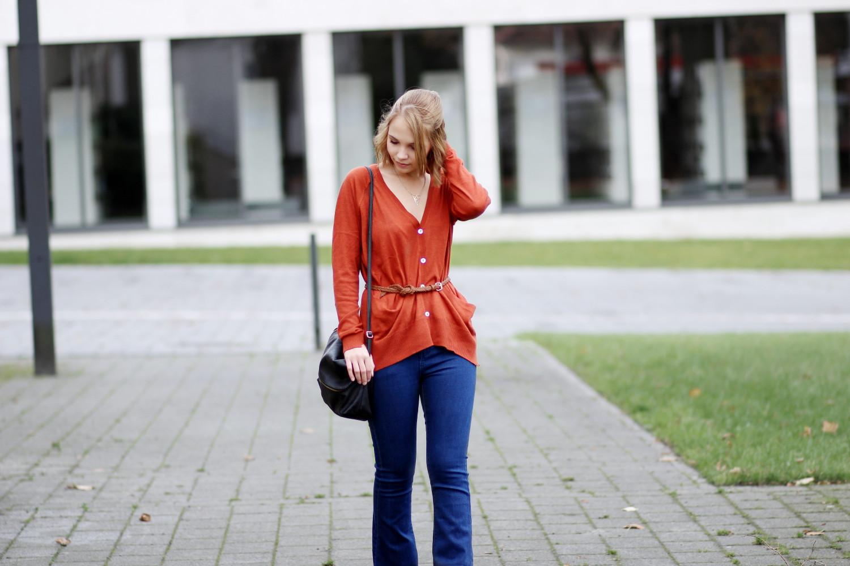 bezaubernde nana, bezauberndenana.de, fashionblog, modeblog, germany, deutschland, outfit, streetstyle, herbstoutfit, rostroter cardigan von zara, lässiger cardigan kombiniert mit gürtel, flared jeans von glamorous, spitze stiefelette von new look