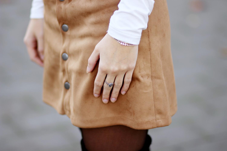 bezauberndenana-fashionblog-outfit-streetstyle-brauner-wildlederrock-weißer-rollkragenpullover-overknees-70s (11)