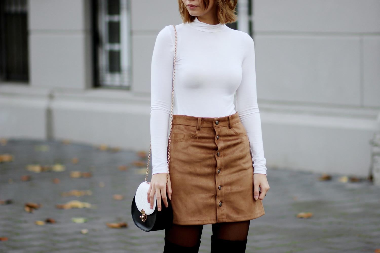 bezauberndenana-fashionblog-outfit-streetstyle-brauner-wildlederrock-weißer-rollkragenpullover-overknees-70s (8)