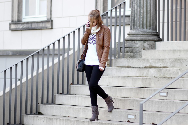bezaubernde nana, bezauberndenana.de, fashionblog, modeblog, germany, deutschland, outfit, streetstyle, weißer rollkragenpullover mit norwegermuster von gaastra, braune lederjacke von only, schwarze jeans von h&m, stiefeletten von tamaris, strickpullover