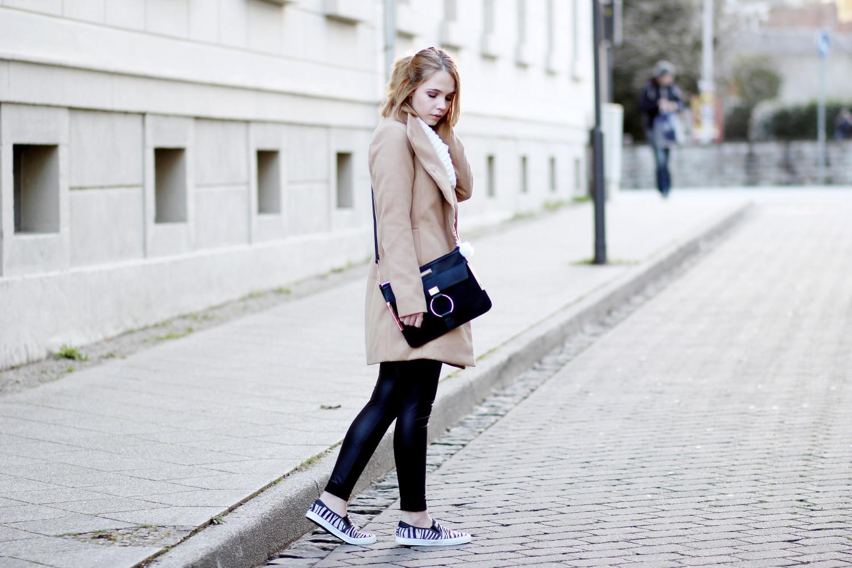 bezaubernde-nana-fashionblog-outfit-streetstyle-camel-mantel-kombinieren-strickpullover-lederleggings-zebra-slipper-streetstyle (2)