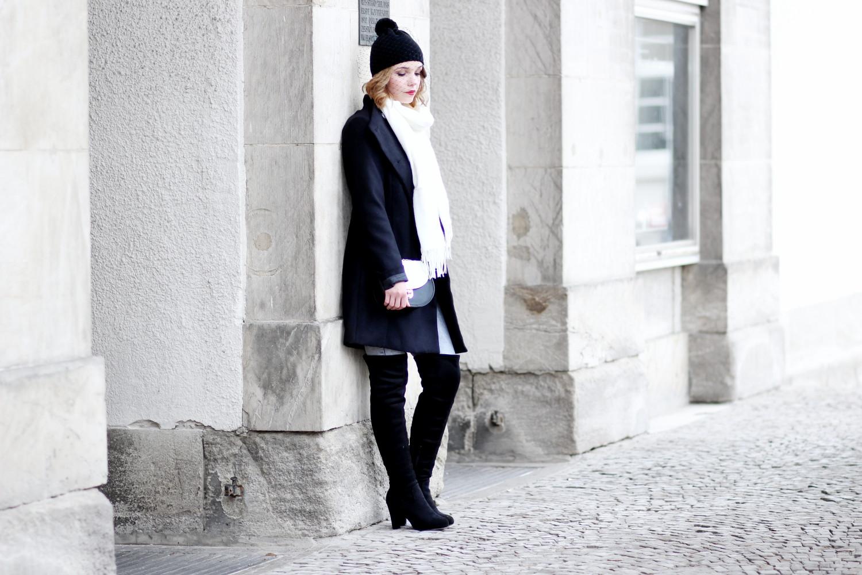 Bezaubernde Nana, bezauberndenana.de, fashionblog, modeblog, germany, deutschland, overknees kombinieren, overknee stiefel, overknees lookbook, graue jeans, schwarzer mantel, bernstock speirs veil beanie