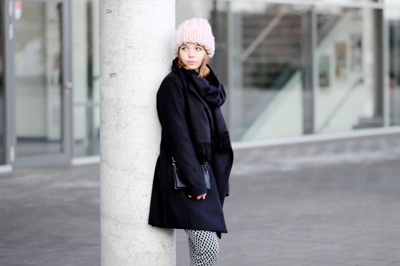 bezauberndenana-fashionblog-modeblog-outfit-streetstyle-adidas-superstars-xxl-beanie-schwarzer-mantel-casual-winter (9)