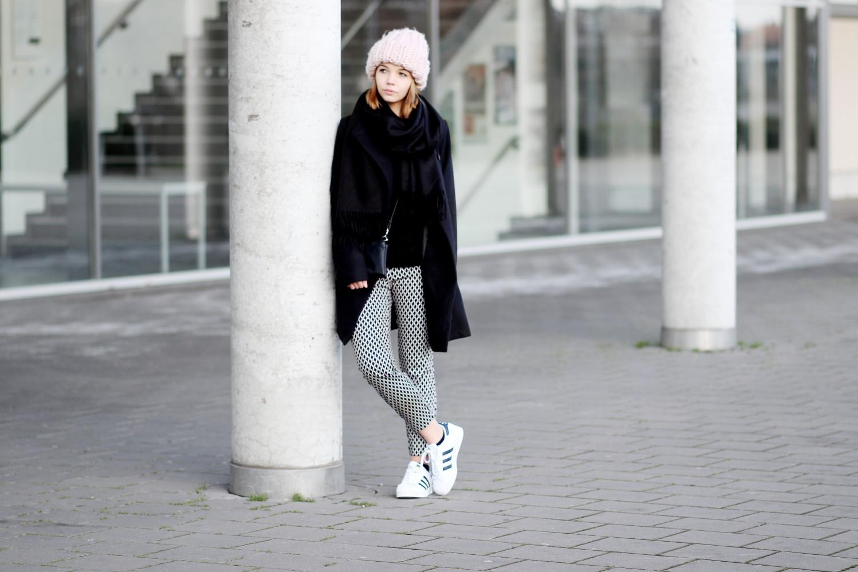 bezaubernde nana, bezauberndenana.de, fashionblog, modeblog, germany, deutschland, outfit, streetstyle, lässiges Winter outfit, Outfit mit XXL Beanie und Adidas Superstar Sneakern, schwarzer Mantel von Pull & Bear, rosa XXL Beanie von H&M, Adidas Superstar Sneaker, minimalistisch