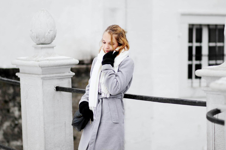 bezaubernde nana, bezauberndenana.de, fashionblog, modeblog, germany, deutschland, outfit, streetstyle, basic outfit für den winter, grauer wickelmantel, schwarze skinny jeans, weißer schal, schwarze stiefeletten, minimalistisches outfit, monochrom, basic look