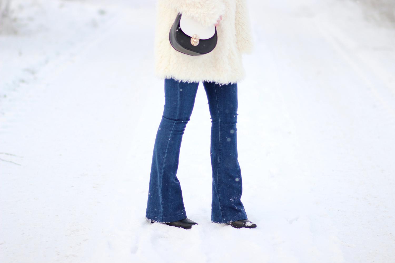 Bezaubernde Nana, bezauberndenana.de, fashionblog, modeblog, germany, deutschland, outfit, streetstyle, outfit mit faux fur jacke, weiße faux fur jacke von forever 21, flared jeans von glamorous via asos, schwarze spitze stiefeletten, brauner rollkragenpullover von gina tricot