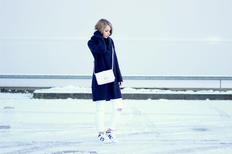 bezauberndenana-fashionblog-outfit-streetstyle-strickkleid-kombinieren-weiße-jeans-adidas-superstars (3)