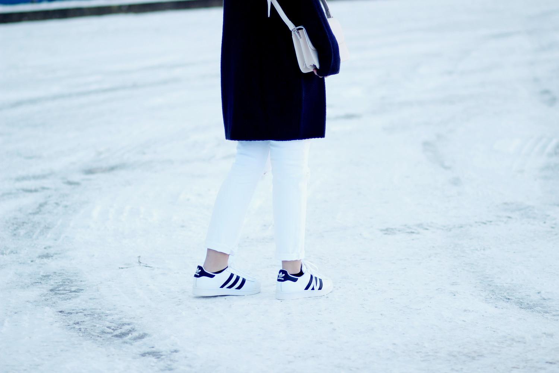 Bezaubernde Nana, bezauberndenana.de, fashionblog, modeblog, germany, deutschland, outfit, streetstyle, Strickkleid kombinieren, Kleid über Hose tragen, blaues rollkragen strickkleid, weiße, zerrissene Jeans, adidas superstars, beige umhängetasche, casual, lässiges outfit für den winter