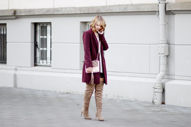 bezauberndenana-fashionblog-outfit-streetstyle-burundy-blazer-mantel-spitzen-shorts-overknees-taupe-justfab