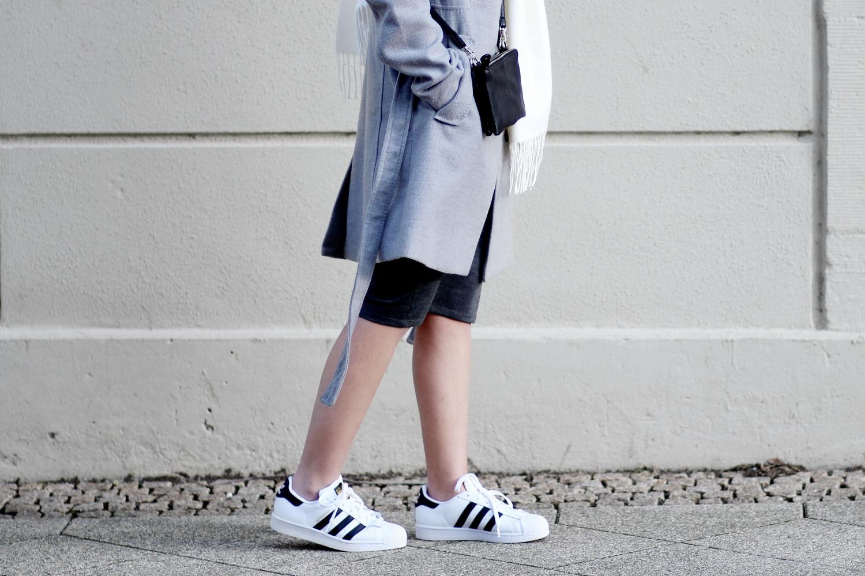 bezaubernde nana, bezauberndenana.de, fashionblog, modeblog, germany, deutschland, outfit, streetstyle, casual outfit mit midikleid, zara midikleid, h&m grauer mantel, adidas superstars, minimalistisch, monochrom
