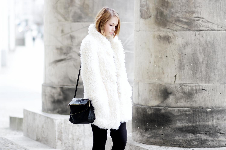 bezauberndenana-fashionblog-streetstyle-schwarz-weiß-outfit-fake-fur-jacke-forever21 (4)