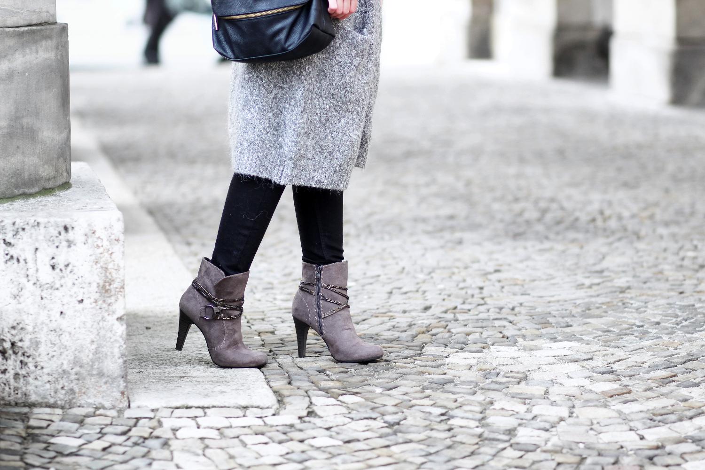 Bezaubernde Nana, bezauberndenana.de, Fashionblog, Modeblog, Germany, Deutschland, Outfit, Streetstyle, Braun und Grau kombinieren, Outfit mit Strickmantel, langer grauer Strickmantel von Primark, Tamaris Stiefeletten, Rosefield Watch