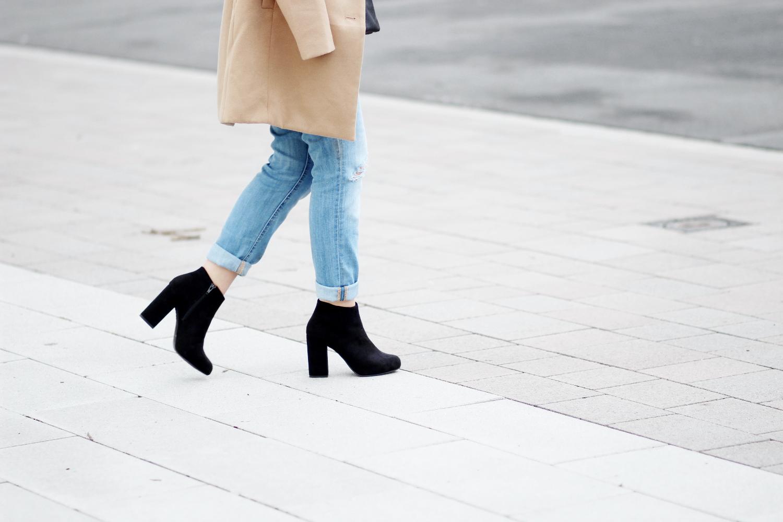 Bezaubernde Nana, bezauberndenana.de, Fashionblog, Modeblog, Germany, Deutschland, Outfit, Streetstyle, Denim on Denim Outfit, Boyfriend Jeans, Jeans Hemd, Camel Mantel