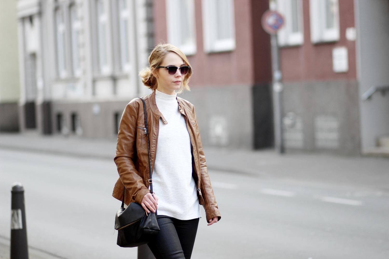 Braune Lederjacke kombinieren, Outfit mit brauner Lederjacke, heller Pullover mit Schornsteinkragen von Zara, schwarze Hose von Mango Belle, Bezaubernde Nana, bezauberndenana.de, Fashionblog