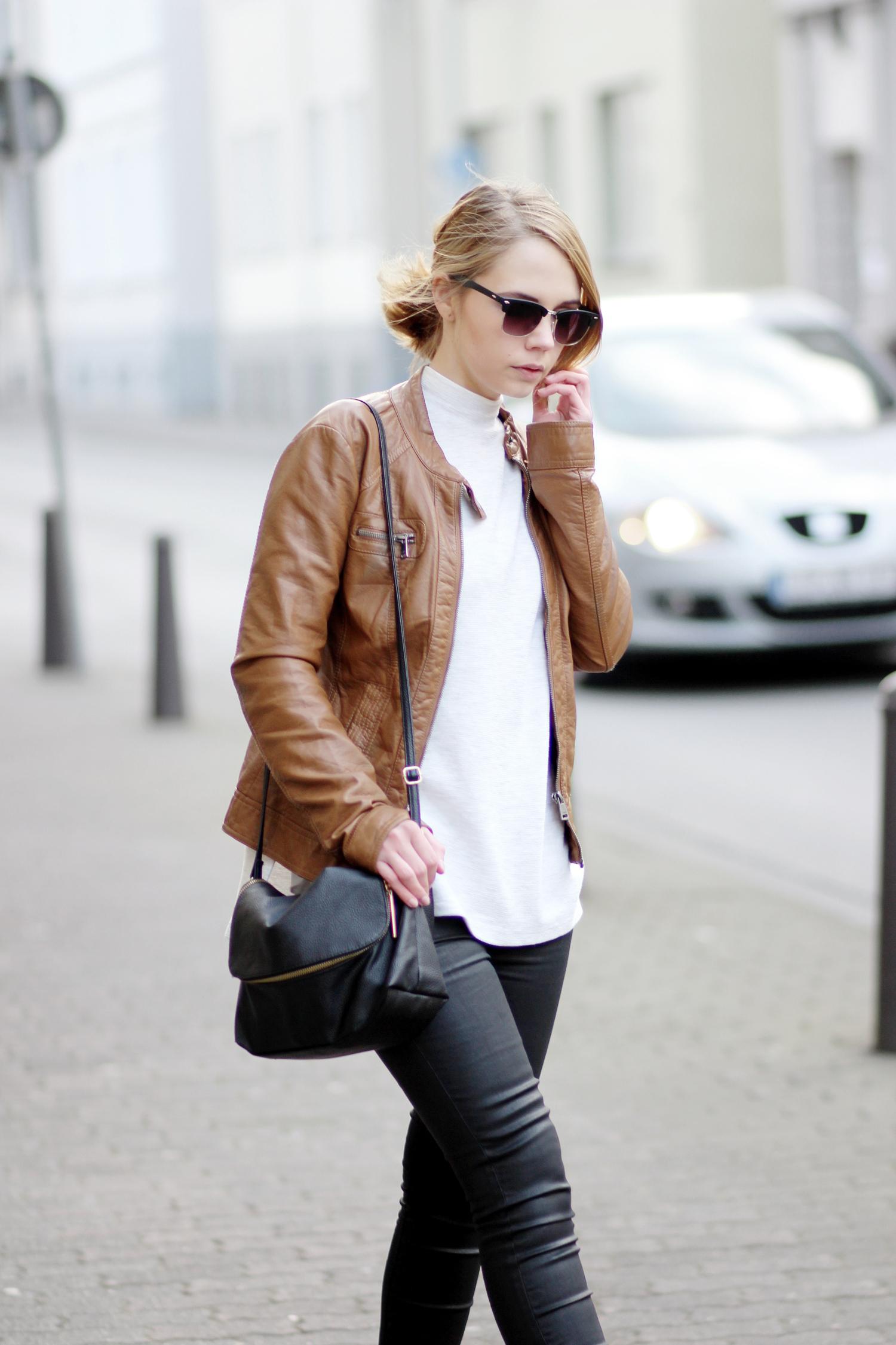 Braune Lederjacke kombinieren mit Zara Sweater und schwarzer