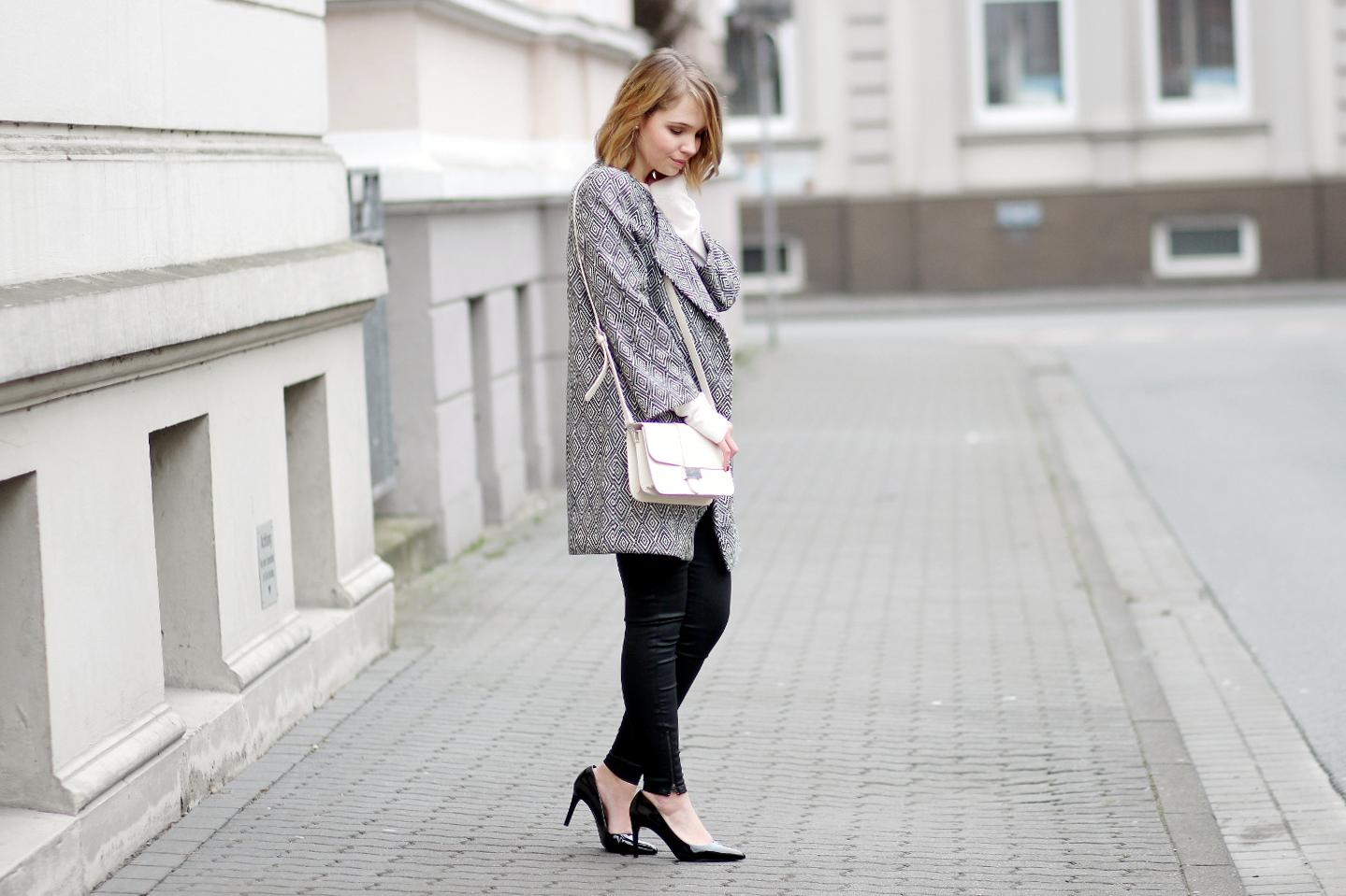 Bezaubernde Nana, bezauberndenana.de, Fashionblog, Modeblog, Deutschland, Outfit mit schwarz-weißem Mantel, Frühlingsmantel von H&M, rosa Pullover von Reserved, schwarze Hose von Mango, schwarze Lack Pumps von Zara, Frühlingsoutfit, Streetstyle