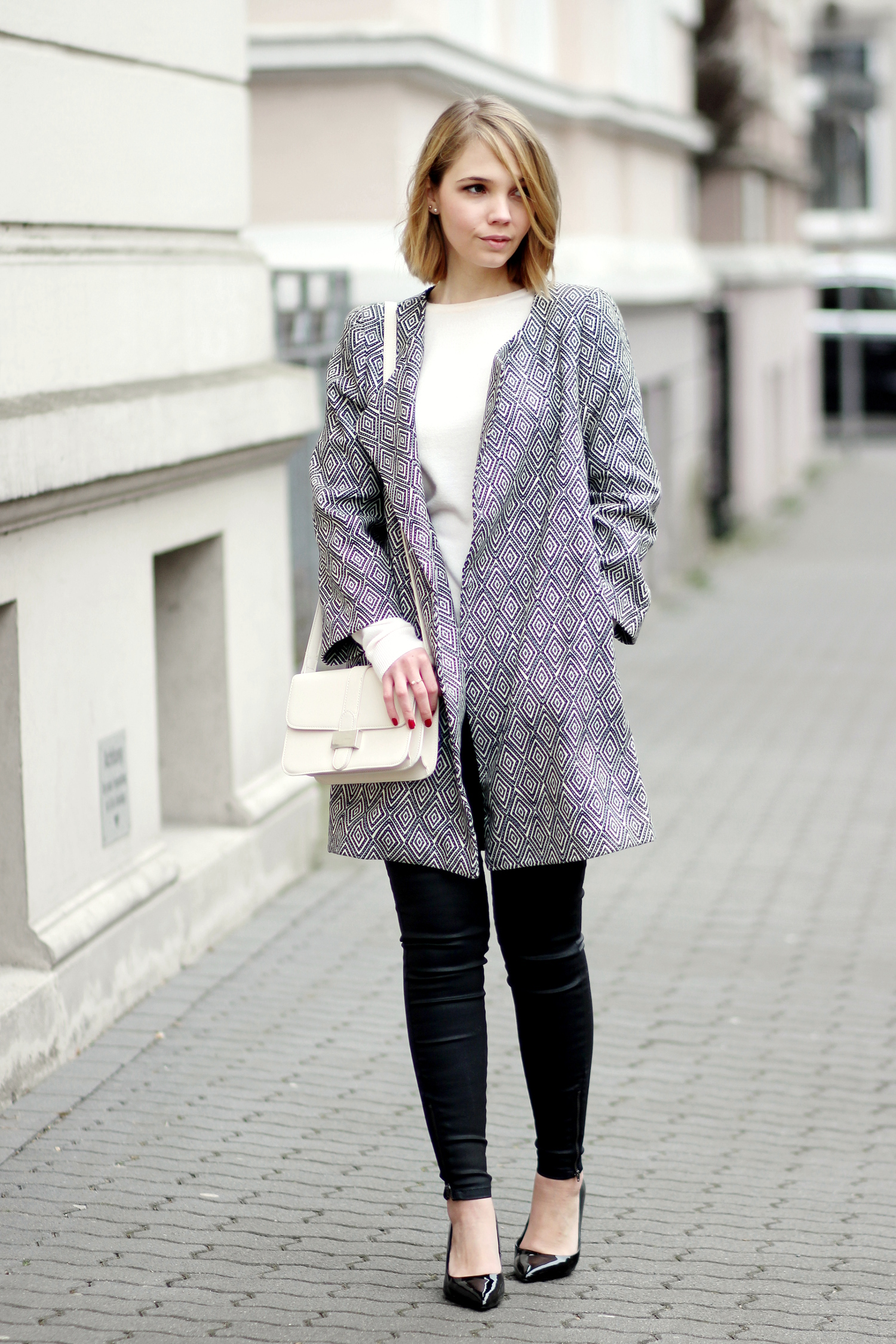 bezauberndenana-fashionblog-outfit-muster-mantel-schwarz-weiß-frühling-schwarze-hose-mango-lack-pumps-zara-rosa-pullover-reserved-streetstyle (6)
