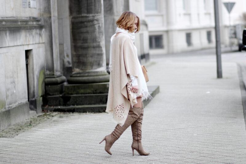 Outfit mit beigen poncho von fraas wildlederrock und for Beige grau kombinieren