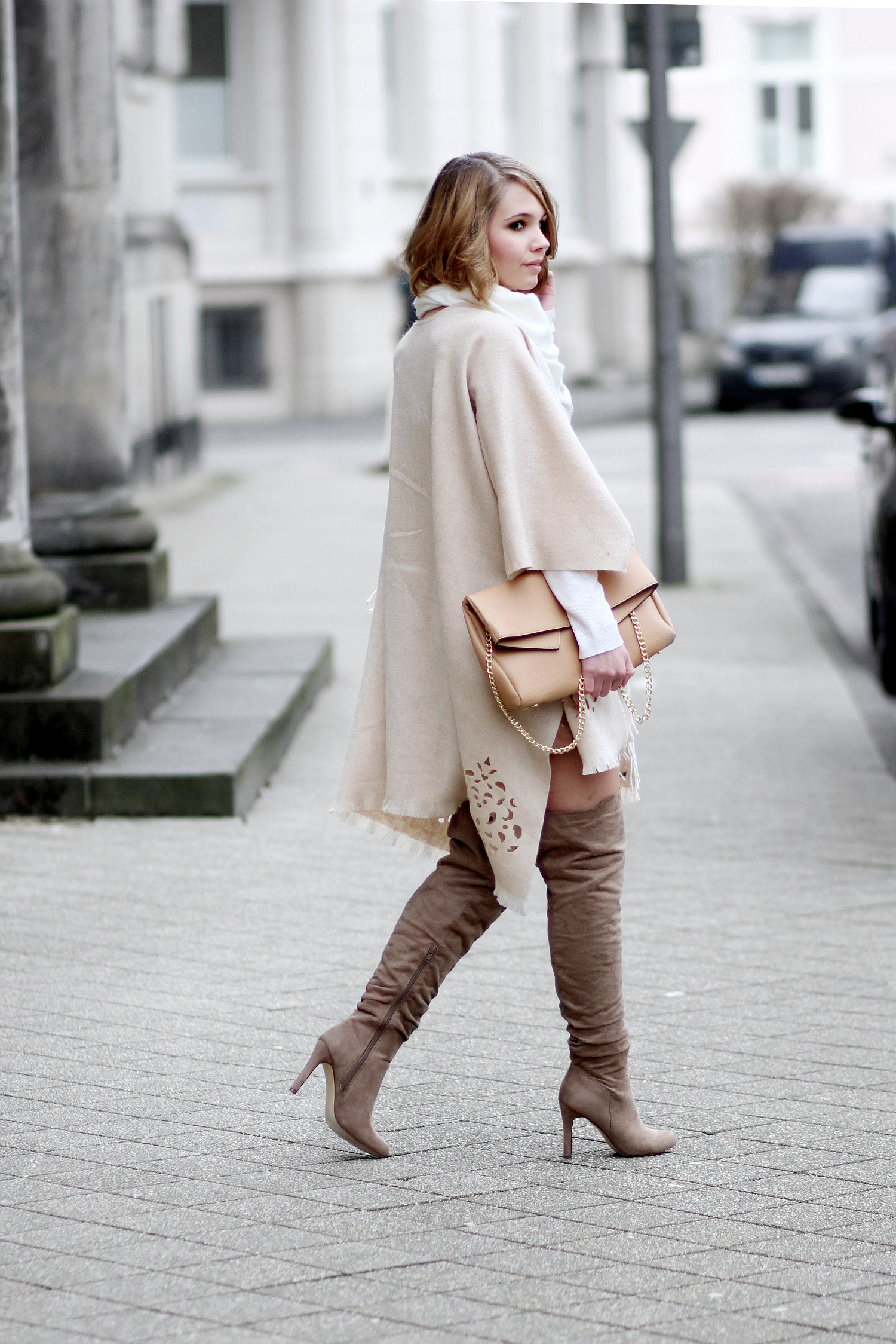 bezauberndenana-fashionblog-streetstyle-outfit-beiger-poncho-fraas-wilderlederrock-overknees-neutral (3)