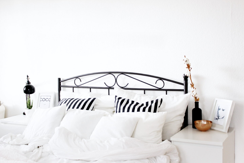 Bezauberndenana Interior Einrichtung Skandinavisch  Minimalistisch Schwarz Weiß Schlafzimmer Bett (2)