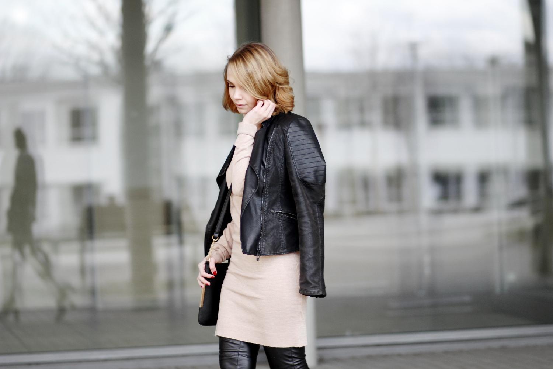 Bezaubernde Nana. bezauberndenana.de, Fashionblog, Modeblog, Outfit, Streetstyle, Leder Outfit, Kleid über Hose, Material Mix, schwarze Lederleggings von H&M, Schwarze Lederjacke von Reserved, Beiges Strickkleid